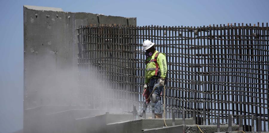 Un hombre trabaja en el tramo en el sur de Nevada de la Interestatal. (horizontal-x3)