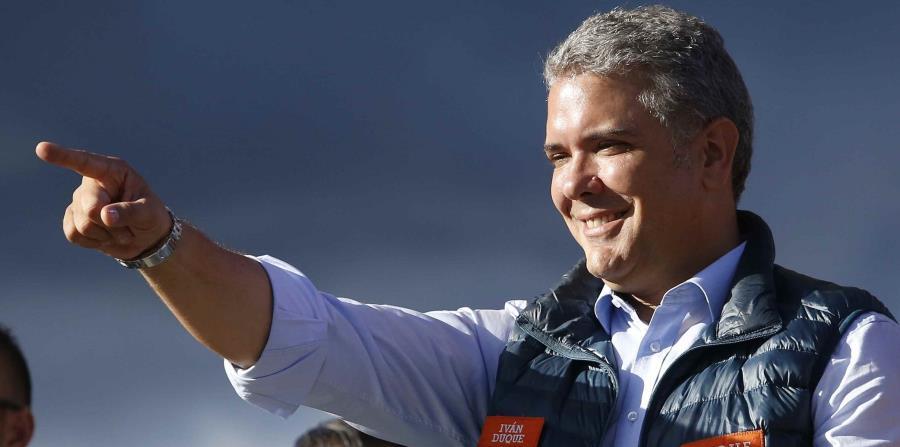 El candidato presidencial Iván Duque se dirige a sus simpatizantes durante un evento de campaña en Bogotá. (horizontal-x3)