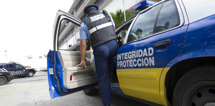 Posteriormente, otros policías arrestaron a los tres ocupantes de la guagua en el barrio Cerro Gordo de Bayamón. (horizontal-x3)