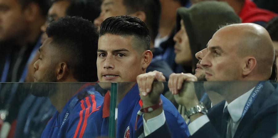 El volante de Colombia James Rodríguez onserva desde las gradas el partido contra Inglaterra en los octavos de final del Mundial en el estadio Spartak de Moscú. (AP) (horizontal-x3)
