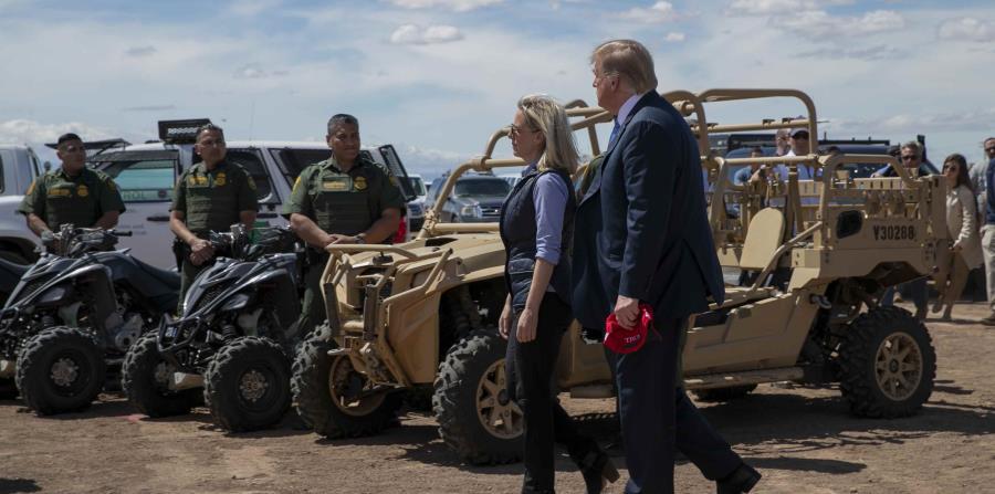 Kirstjen Nielsen recorrió parte de la frontera con México el pasado viernes junto con el presidente Donald Trump. (AP / Jacquelyn Martin) (horizontal-x3)