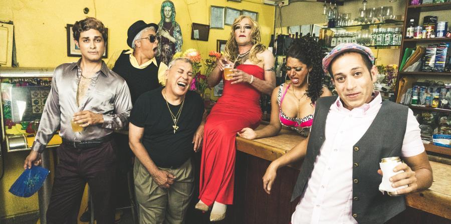 Acompañados por la música popular en la época dentro del ambiente gay boricua, el elenco de la pieza va revelando, el humor y el drama propio de la comunidad LGBTTQ. (Suministrada) (horizontal-x3)
