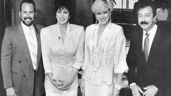 Iris Chacón y Charytín Goyco en el lanzamiento de la telenovela Escándalo que grabaron con Andrés García en WAPA en 1986, junto a sus respectivos esposos Junno Faría y Elín Ortiz. (Archivo)
