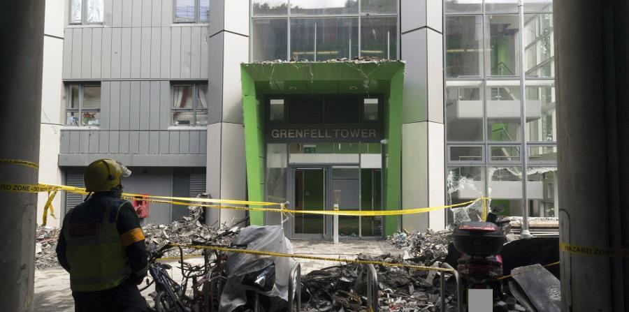 Imagen de la entrada del edificio residencial incendiado la semana pasada en Londres. (horizontal-x3)