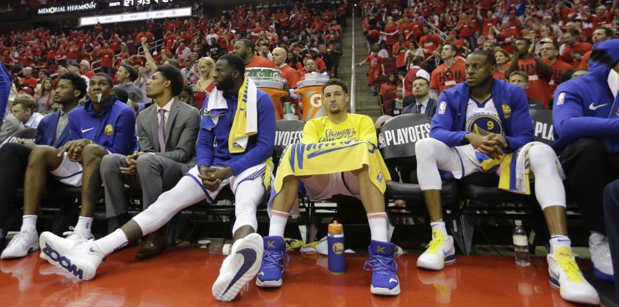 Caras largas se observan en el banco de los Warriors, quienes fueron derrotados anoche por los Rockets de Houston. (AP) (horizontal-x3)