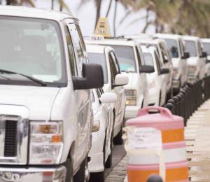 El Colectivo Taxistas Unidos sale en caravana en protesta contra Uber