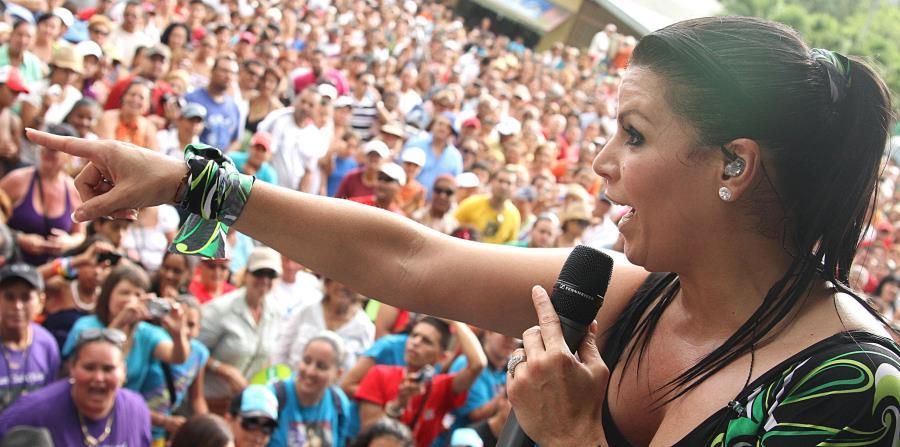 Durante horas de la tarde de este jueves, personal de la empresa WASCO hizo entrega a la cantante Olga Tañon de cientos de cajas de suministros. (horizontal-x3)