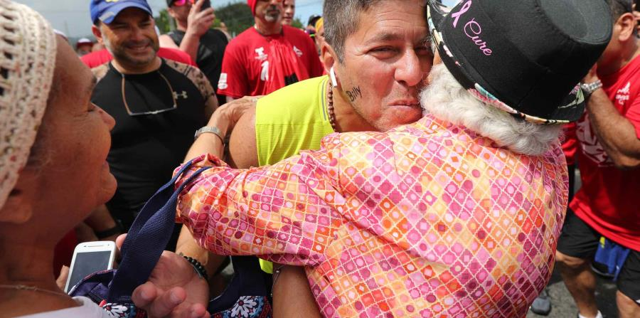 Raymond Arrieta abraza a Gloria Esther Delgado Santana, sobreviviente de cáncer. (horizontal-x3)