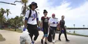 Miles de voluntarios llegan a varias playas de la isla para limpiar las costas