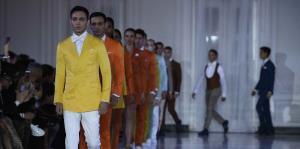 inspirado en el trópico y reinventa su moda masculina