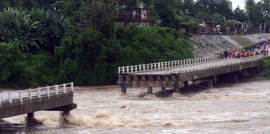 Fotografía del colapso de un puente sobre el río Zaza, destruido por la fuerza de las aguas este 28 de mayo de 2018, en Sancti Spíritus (Cuba). (horizontal-x3)