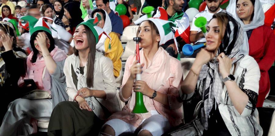 La selección persa cayó ante España en el Mundial, pero las mujeres iraníes disfrutaron de una pequeña victoria particular: La entrada en el principal estadio de Teherán para ver el partido, un acceso que tienen normalmente vetado. (horizontal-x3)