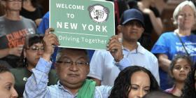 Nueva York promulga ley de licencias de conducir a migrantes