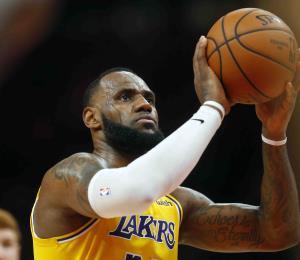"""LeBron James dice que le queda """"mucho"""" baloncesto por jugar"""