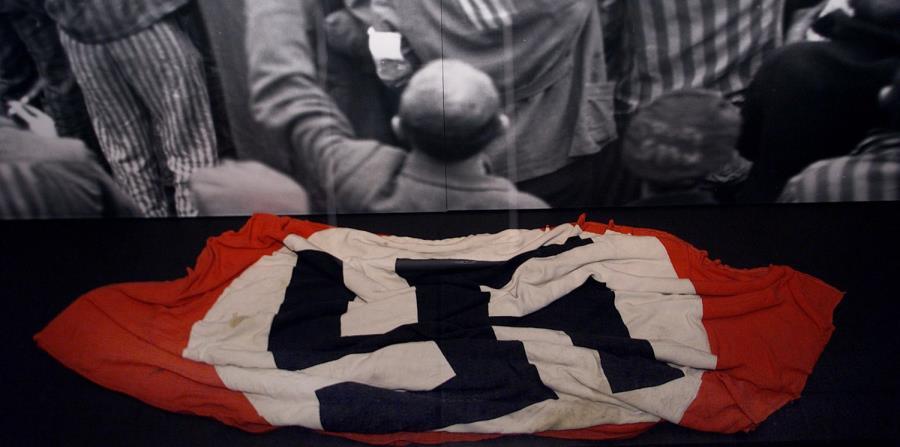 En esta imagen de archivo, del 8 de julio de 2003, se puede ver una bandera nazi que se encuentra en el Museo del Holocausto en Washington. (Archivo / GFR Media) (horizontal-x3)