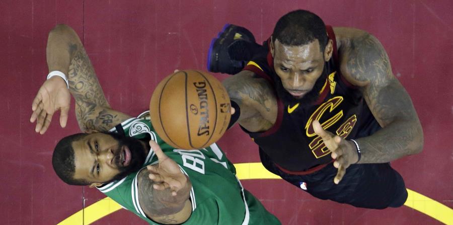LeBron James intenta llegar al canasto ante la defensa de Marcus Morris, de los Celtics de Boston. (AP / Tony Dejak) (horizontal-x3)