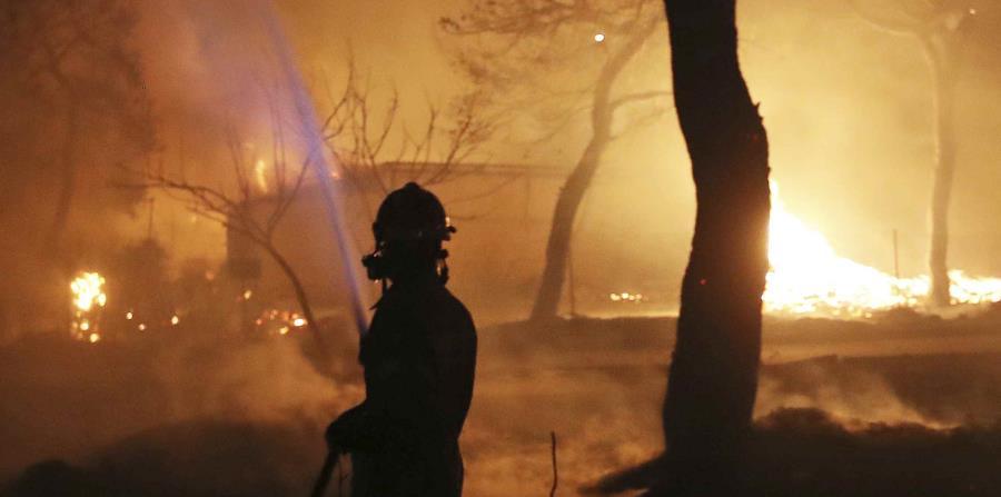 Un incendio intenta apagar el fuego en el pueblo de Mati, al este de Atenas. (horizontal-x3)