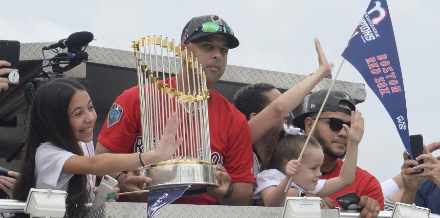 Alex Cora (con el trofeo del campeonato de la Serie Mundial de Grandes Ligas) estará acompañado de Alex Cintrón, Jesús 'Motorita' Feliciano y Ramón Vázquez. (Archivo / GFR Media) (horizontal-x3)