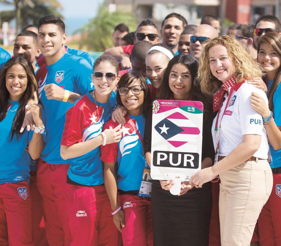 La próxima gran competencia en la agenda del Copur son los Juegos Centroamericanos y del Caribe de Barranquilla 2018. En la foto, la presidenta Sara Rosario con algunos atletas en los pasados Juegos de Veracruz. (semisquare-x3)