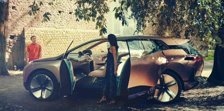 El BMW Vision iNEXT  transmite al instante su carácter pionero mediante formas y superficies claramente esculpidas.