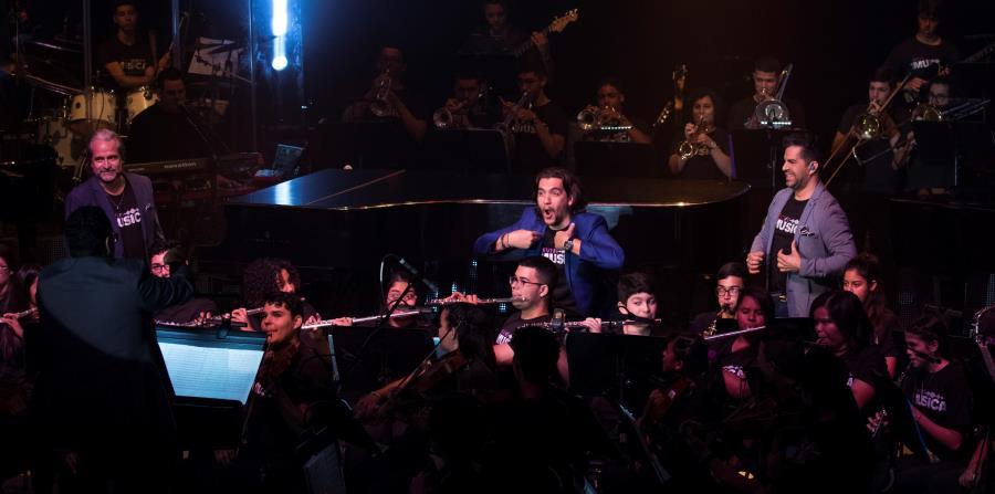 Francisco Paz, Stevan Micheo y Adlan Cruz lograron una interacción amena con los estudiantes a lo largo del concierto. A la izquierda, el joven guitarrista Steve Cruz, quien realizó un solo. (horizontal-x3)