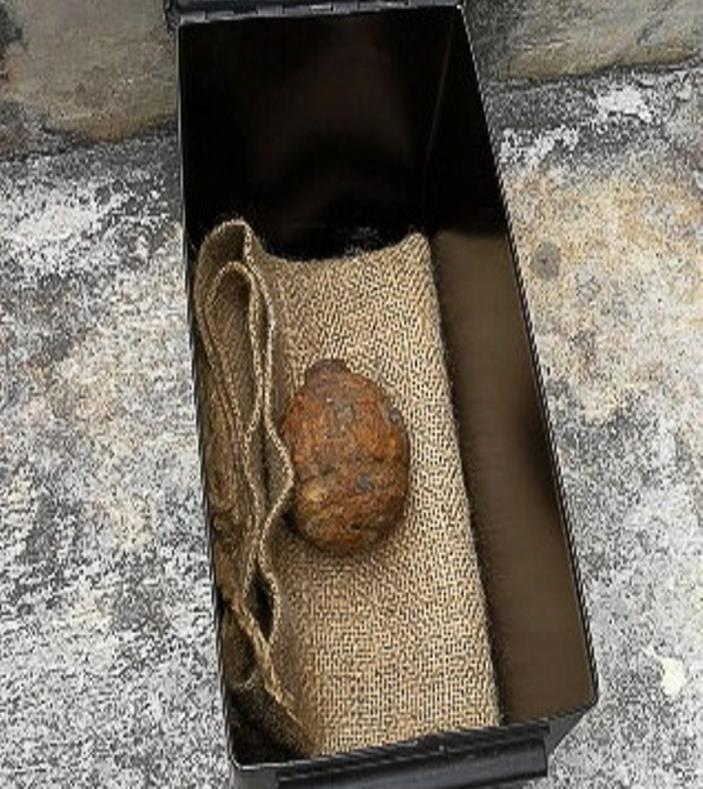 la granada era aproximadamente del tamaño de una papa, pero era alrededor de cinco veces más pesada (semisquare-x3)