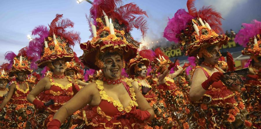 Bailarinas de la escuela de samba Vila María desfilan durante el Carnaval en Sao Paulo, Brasil. (AP / Andre Penner) (horizontal-x3)
