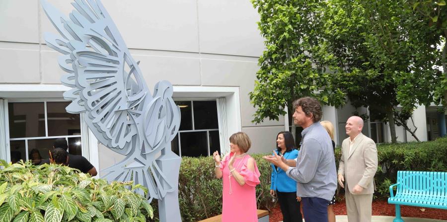 A la izquierda, la doctora Mildred Huertas Solá, rectora de la Universidad del Este, observa la obra principal del jardín, el impactante Pitirre, del escultor Luis Torruella, (al frente, a la derecha). (horizontal-x3)