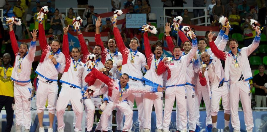 La Selección celebra desde lo más alto del podio su medalla de oro. (horizontal-x3)