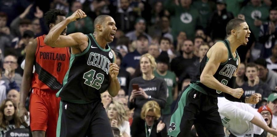 Los jugadores de los Celtics de Boston Al Horford (42) y Jayson Tatum (0) celebran luego que una decisión arbitral fue a su favor a finales de un partido de la NBA contra los Trail Blazers de Portland. (horizontal-x3)