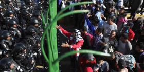 Migrantes y soldados esperan en la frontera entre Guatemala y México