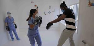 Excampeón mundial da clases de boxeo a enfermeros y médicos en hospital de Francia