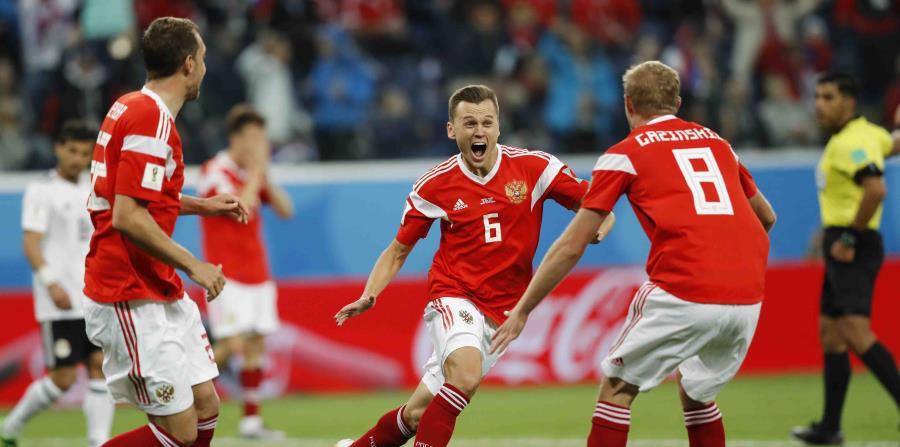 La victoria de Uruguay ante Arabia Saudita aseguró que Rusia clasificará a los octavos de final. (AP) (horizontal-x3)