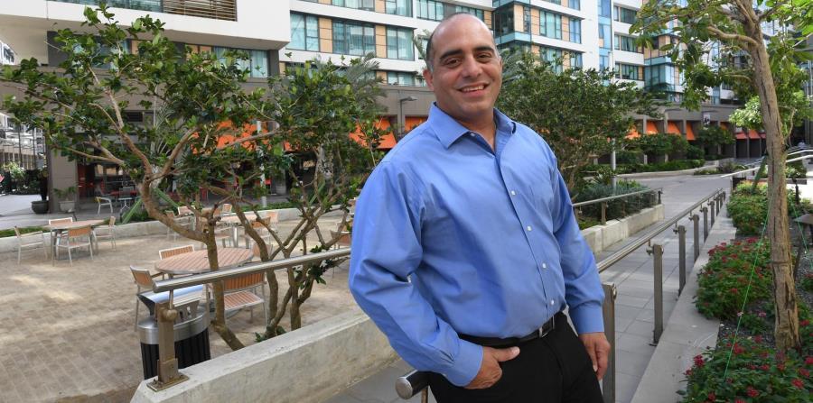 Luis Raúl Padilla, vicepresidente ejecutivo de Sun West Mortgage, en los predios del complejo de Ciudadela, en Santurce. (horizontal-x3)