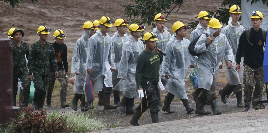 Rescatistas caminan hacia la entrada de un complejo de cuevas donde todavía hay cinco personas atrapadas, en el inicio de la tercera jornada de rescate, en Mae Sai, en la provincia de Chiang Rai, en el norte de Tailandia, (horizontal-x3)
