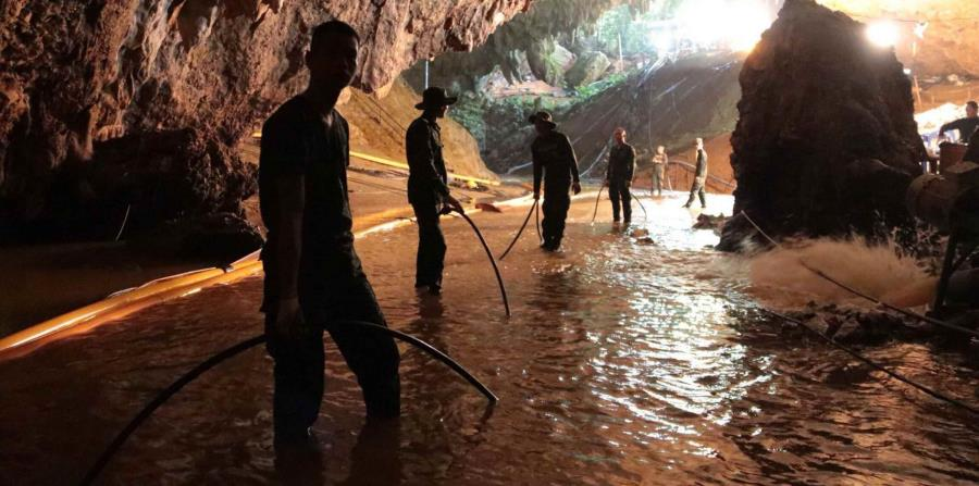 Rescatistas instalando un sistema de bombeo de agua en la caverna. (horizontal-x3)