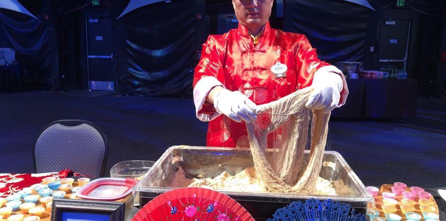 Un  artesano chino confeccionando un dulce tradicional.