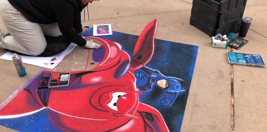 El uso de las tizas para crear obras de arte también es parte de lo que se presenta en el festival.