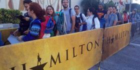 """Unos 1,000 universitarios recogieron sus boletos para ver la obra """"Hamilton"""""""