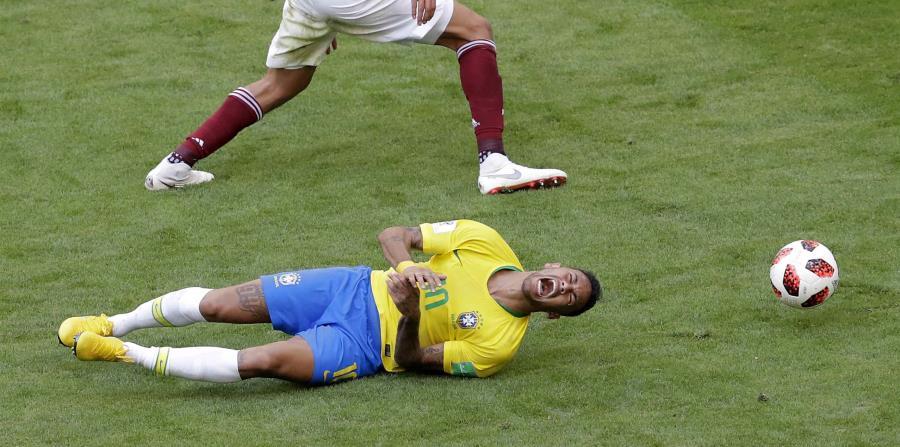 Un canal televisivo calculó que Neymar pasó cerca de 14 minutos en el suelo durante los partidos de Brasil en el Mundial. (AP) (horizontal-x3)