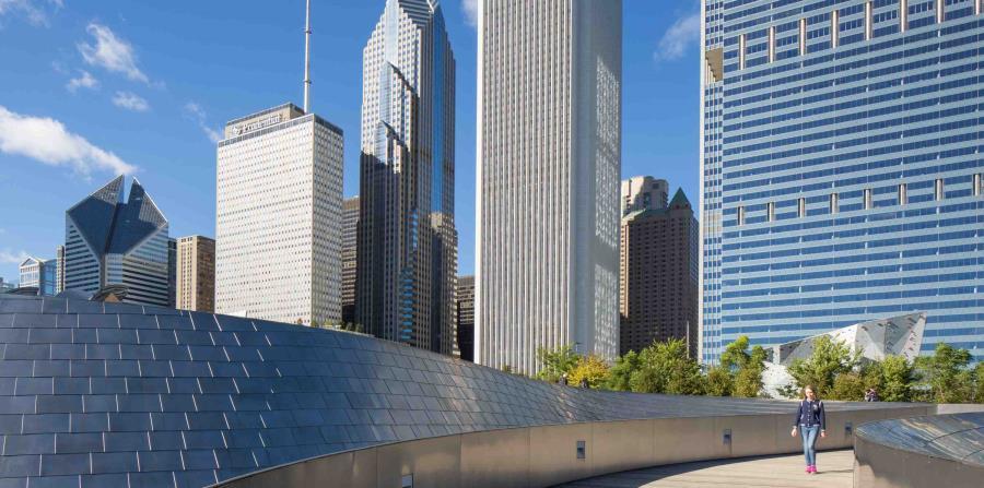 El Puente peatonal BP, diseñado por Frank Gehry, conecta el parque Maggie Daley con el Parque Milenio. (The New York Times)