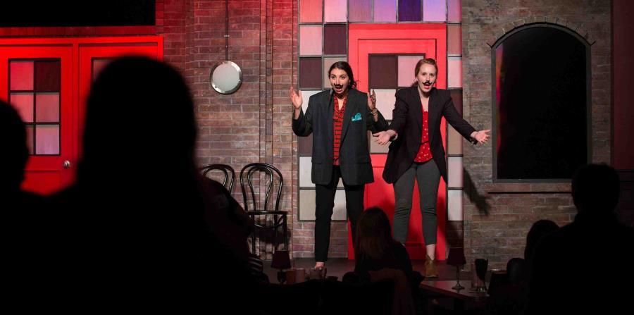 Los clubes de comedia  y los teatros musicales definen la actividad nocturna. (The New York Times)