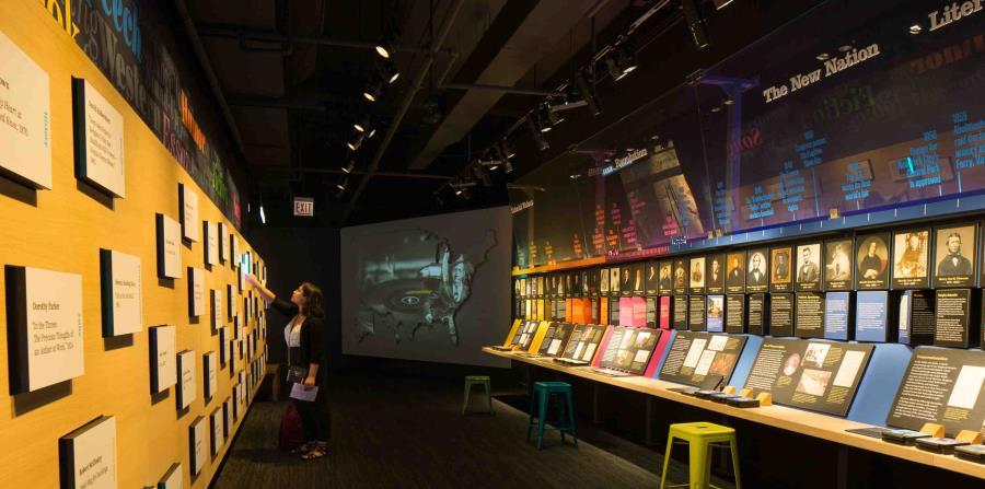 Las exposiciones interactivas en el American Writers Museum incluyen máquinas de escribir mecánicas donde los visitantes pueden añadir sus propias colaboraciones a historias escritas por varias personas. (The New York Times)