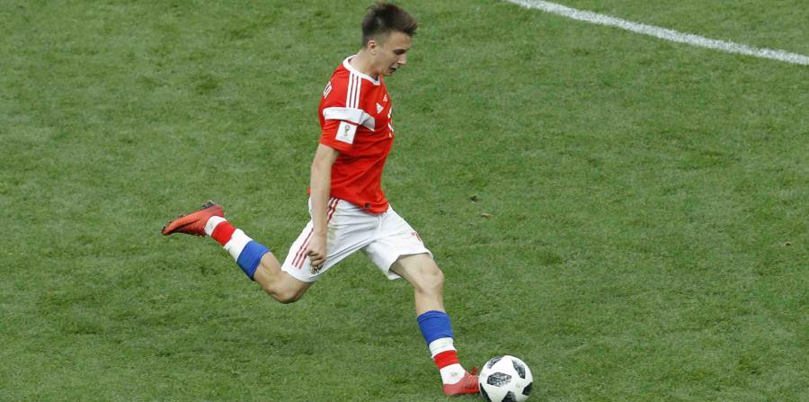 Golovín, de 22 años y futbolista del CSKA de Moscú, está ahora en el punto de mira de varios clubes europeos y podría dar el salto a alguno de ellos si mantiene en los próximos partidos el extraordinario rendimiento que ofreció contra Arabia Saudí. (horizontal-x3)