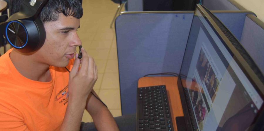 Carlos Cosme, estudiante de la escuela alternativa de los Centros Sor Isolina Ferré, en Caimito, utiliza la plataforma electrónica de enseñanza de idiomas de Rosetta Stone para aprender inglés. (Suministrada) (horizontal-x3)