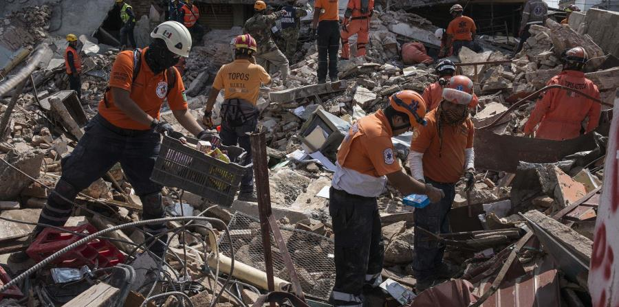 Trabajadores retiran los escombros del Palacio Municipal de Juchitán, en México, luego de derrumbarse por el temblor del pasado jueves. (horizontal-x3)