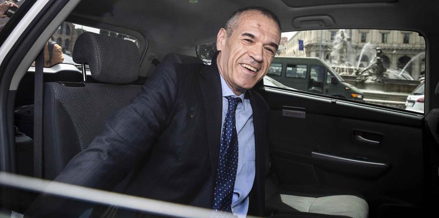 El economista Carlo Cottarelli llega en taxi al Palacio del Quirinal en Roma (horizontal-x3)