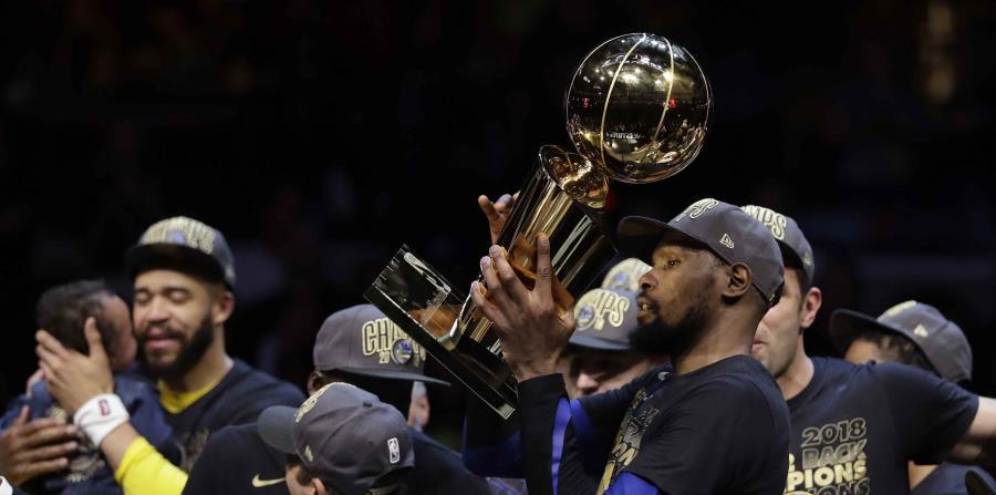 El delantero y Jugador Más Valioso de la serie final, Kevin Durant, levanta el trofeo Larry O'Brien luego que los Warriors de Golden State completaron la barrida de los Cavaliers de Cleveland. (AP / Tony Dejak) (horizontal-x3)