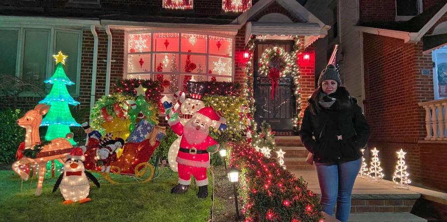 La tradición de decorarlo comenzó en la década de 1980 cuando una vecina colmó su casa de luces navideñas. (EFE)