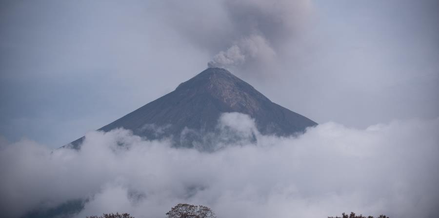El Volcán de Fuego lanza una fumarola después de la erupción del pasado 3 de junio y de los constantes lahares (horizontal-x3)